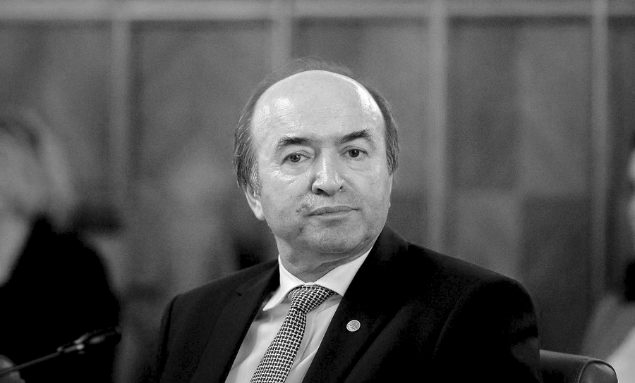 Absolvenții UAIC Iași îi cer demisia rectorului Tudorel Toader!