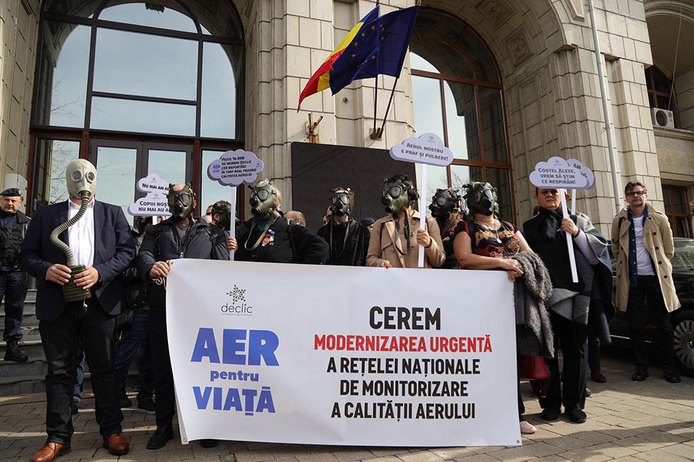 Protest cu masca de gaz la Ministerul Mediului