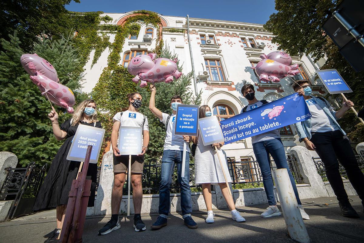 Protest cu porci zburători la Ministerul Educației în prima zi de școală