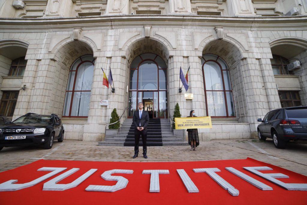 Protest la Ministerul Justiției: 19.000 de români refuză să mai fie duși cu preșul de Cătălin Predoiu