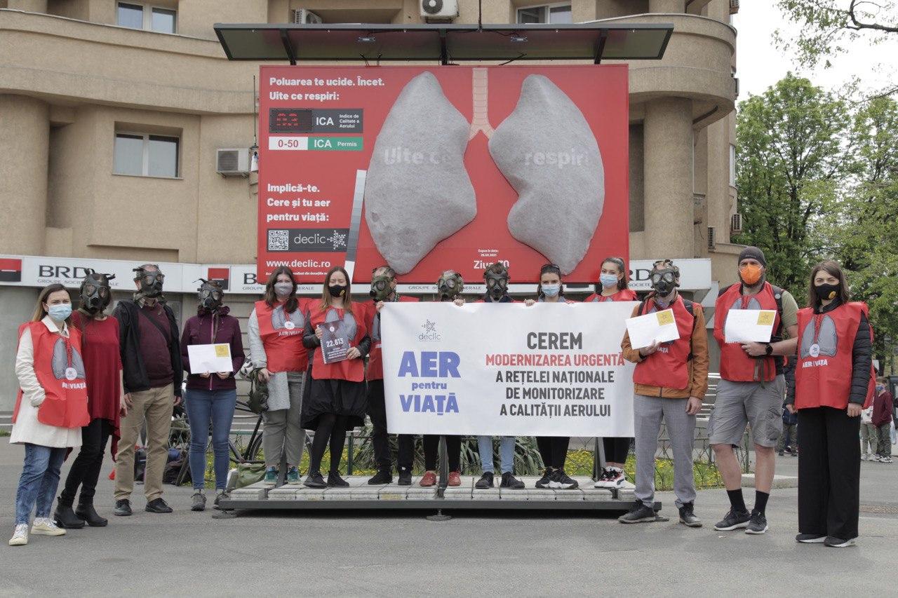 Plămânii Declic, încărcați de poluarea din București, trimiși prin poștă, la Guvern