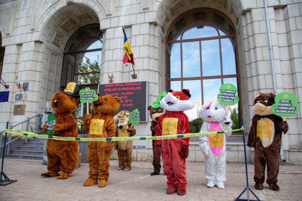 Protestul la Ministerul Mediului a scos în stradă animalele din păduri și ministrul din birou