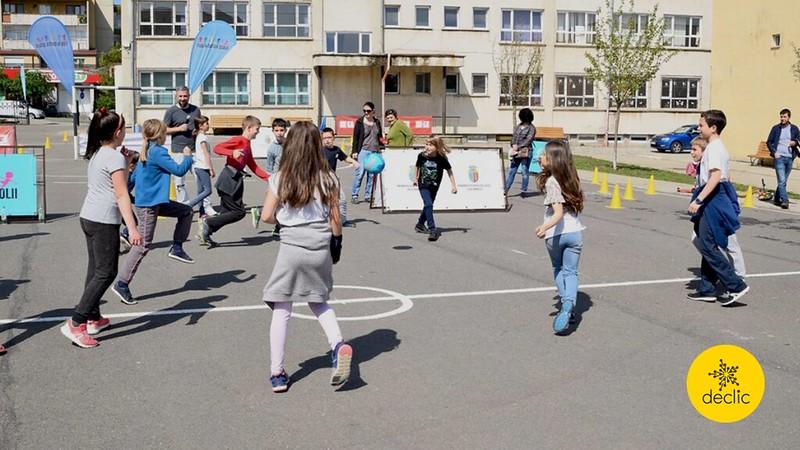 Lacăte mari și grele la curțile școlilor