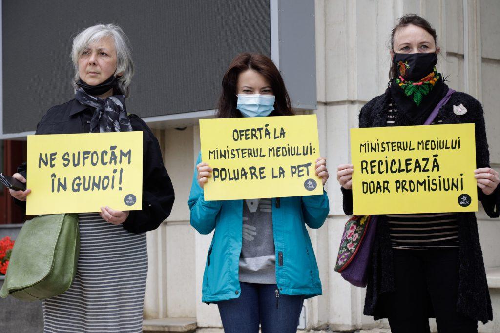 Protest cu PET-uri la Min. Mediului: România va deveni o piscină cu plastic, în care ne vom îneca