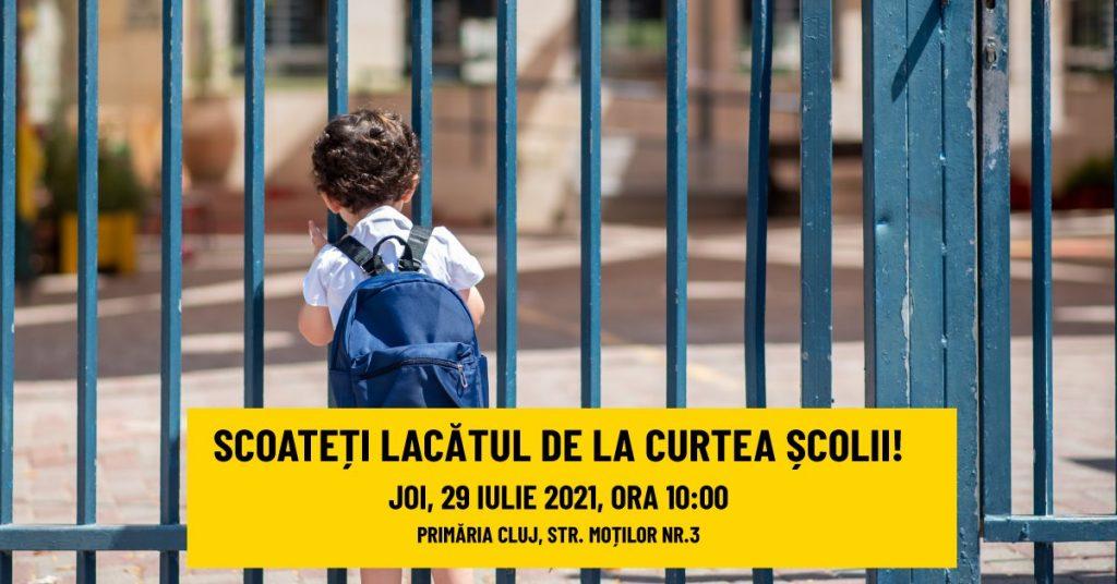 """Declic, protest în fața primăriei din Cluj-Napoca: ,,Scoateți lacătul de la toate curțile școlilor! Strada nu e loc de joacă!"""""""
